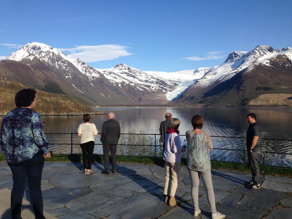 På bussturen fra Brønnøysund til Ørnes ble det gjort flere stopp med besøk på bla. Petter Dass museet, Grønsvik kystfort og Svartisen.